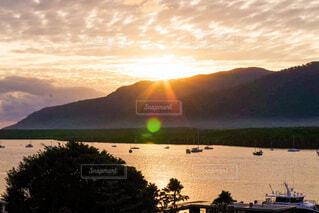 オーストラリアで撮影した海と山がある夕日の景色の写真・画像素材[4394371]
