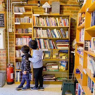 古本屋で本を探す息子たちの写真・画像素材[4441097]