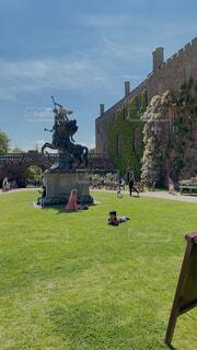 お城前の銅像前でのんびりした休日の写真・画像素材[4582875]