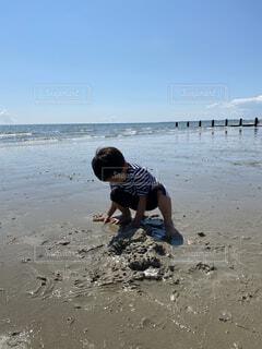 息子とビーチ遊びの写真・画像素材[4766359]