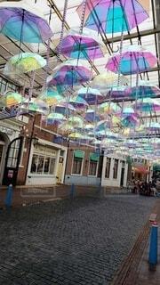 カラフルな傘の道の写真・画像素材[4396557]
