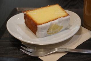 皿の上のケーキの写真・画像素材[4397034]