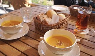 テーブルの上にコーヒーを一杯入れるの写真・画像素材[4397041]