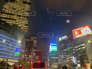 夜の交通で満たされた街の通りの眺めの写真・画像素材[4400419]