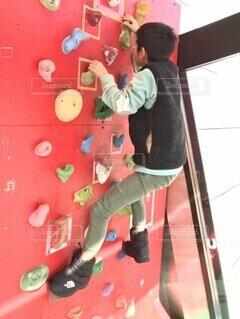 ボルダリングをする少年の写真・画像素材[4414173]
