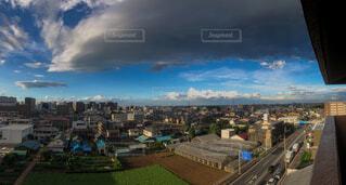暗雲が立ち込める街の写真・画像素材[4404980]