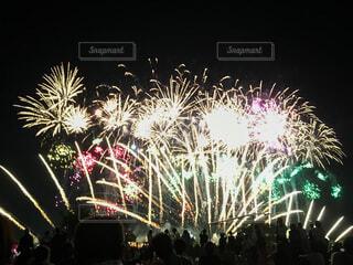 花火大会を見る人々の写真・画像素材[4406089]