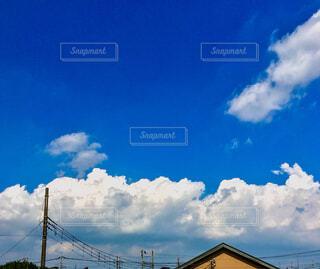 夏の青い空、白い雲の写真・画像素材[4406503]