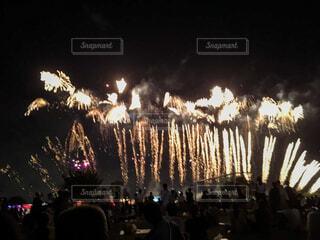 花火の群を見る人々の写真・画像素材[4406508]