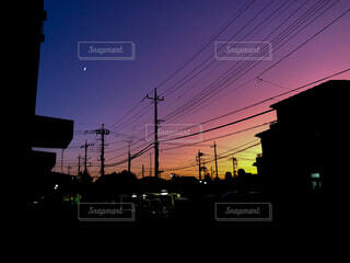 雲ひとつない明るさの残る夜空の写真・画像素材[4409513]