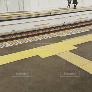 駅のホームにいる女子学生の写真・画像素材[4419233]