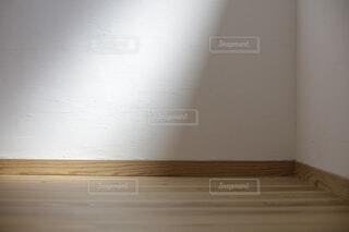 柔らかな光がさす漆喰の壁の写真・画像素材[4467622]