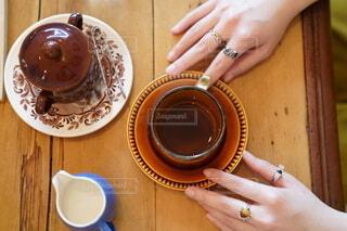 コーヒーを飲んでいる女性の手元の写真・画像素材[4406780]