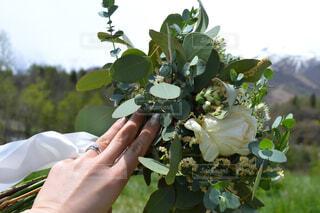 花を持ってる人の写真・画像素材[4410296]