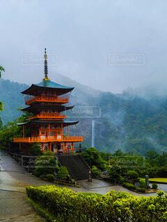 霧の中の滝と三重の塔の写真・画像素材[4412710]