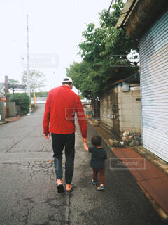 手繋ぎ散歩の写真・画像素材[4556328]