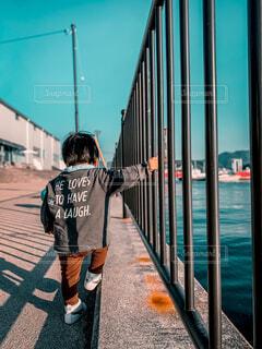 海とフェンスと子供の写真・画像素材[4590120]