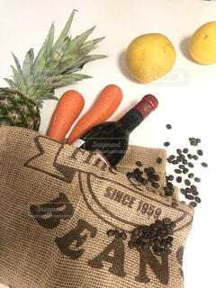 エコバッグとワインとコーヒー豆の写真・画像素材[4431326]