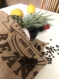 エコバッグとワインとコーヒー豆の写真・画像素材[4431328]