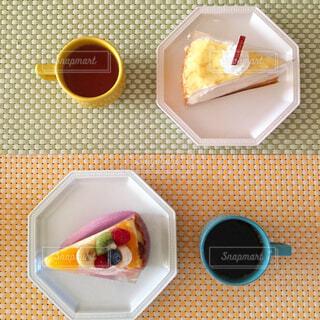 2人でケーキ 色違いのマグカップで紅茶とコーヒーの写真・画像素材[4527588]