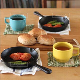 スキレットで焼き野菜の朝食の写真・画像素材[4527615]