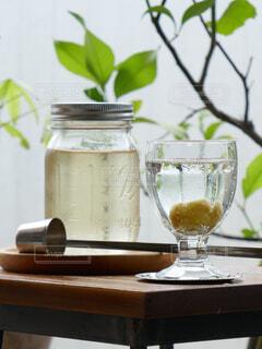 木製のテーブルにワイングラスに入った手作り梅ジュースの写真・画像素材[4583745]