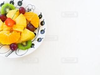 お皿にフルーツ盛りの写真・画像素材[4616131]