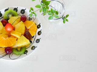 フルーツ盛り合わせのお皿とドウダンツツジの写真・画像素材[4616143]