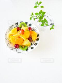 フルーツ盛り合わせのお皿とドウダンツツジの写真・画像素材[4616146]