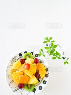 フルーツ盛り合わせのお皿とドウダンツツジの写真・画像素材[4616150]