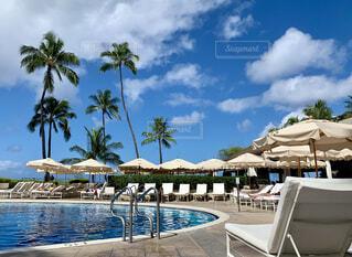 ハワイのリゾートホテルのプールの写真・画像素材[4524746]
