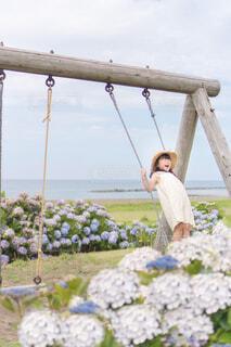 紫陽花と海とブランコの写真・画像素材[4568818]