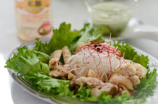 食べ物,食事,屋内,テーブル,果物,野菜,皿,サラダ,肉,鶏,おいしい,チキン,酒,鶏料理