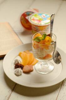 食べ物,ジュース,マンゴー,デザート,果物,スプーン,おやつ,皿,食器,グラス,おいしい,テーブルコーディネート,グレープフルーツ,パフェ,桃,ご褒美スイーツ,フルーツカップ