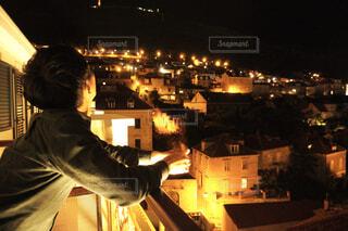 クロアチアのライトアップを見る男性の写真・画像素材[4431472]