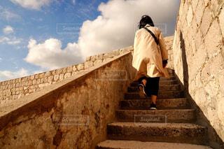 クロアチアの城壁を登る女性の写真・画像素材[4432403]