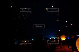 空に舞うランタンの写真・画像素材[4432508]