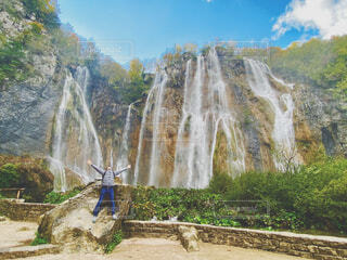 大滝と男性の写真・画像素材[4432752]