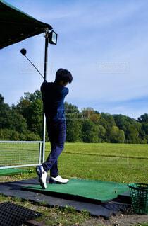 ゴルフをする男性の写真・画像素材[4432756]