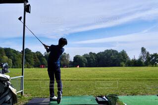 ゴルフをする男性の写真・画像素材[4432757]