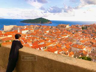 クロアチアの街を眺める女性の写真・画像素材[4444147]