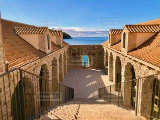 クロアチアの建物と海を見る女性の写真・画像素材[4444148]