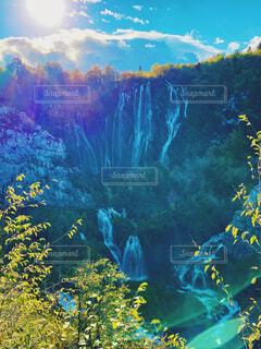 クロアチアの大滝と太陽の写真・画像素材[4555255]