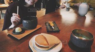 和菓子を食べる女性の写真・画像素材[4555746]