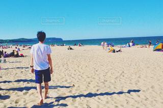 ビーチを歩く男性の写真・画像素材[4555875]