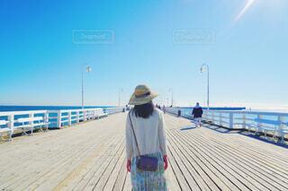 桟橋を歩く女性の写真・画像素材[4590013]