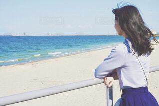 海を見つめる女性の写真・画像素材[4590015]