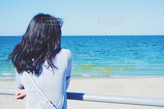 海を見つめる女性の写真・画像素材[4590135]