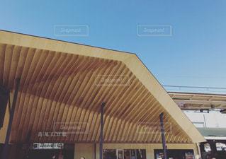 電車は建物の脇に駐車します。の写真・画像素材[1026953]