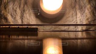 優しい灯りとアコースティックギターの写真・画像素材[4444707]